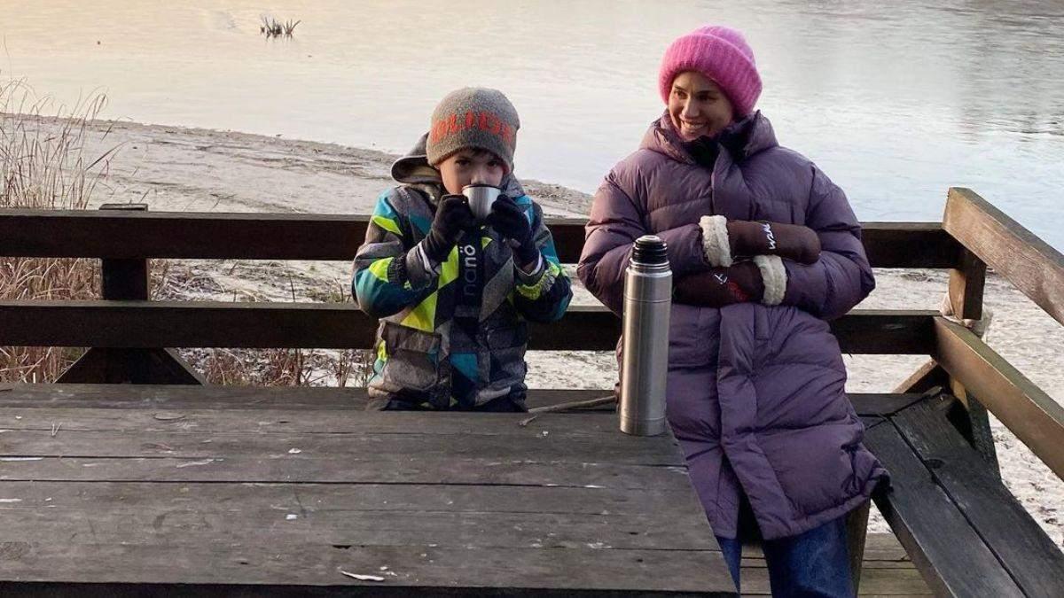 В фиолетовой куртке и шапке: Маша Ефросинина показала, как провела время на озере – фото