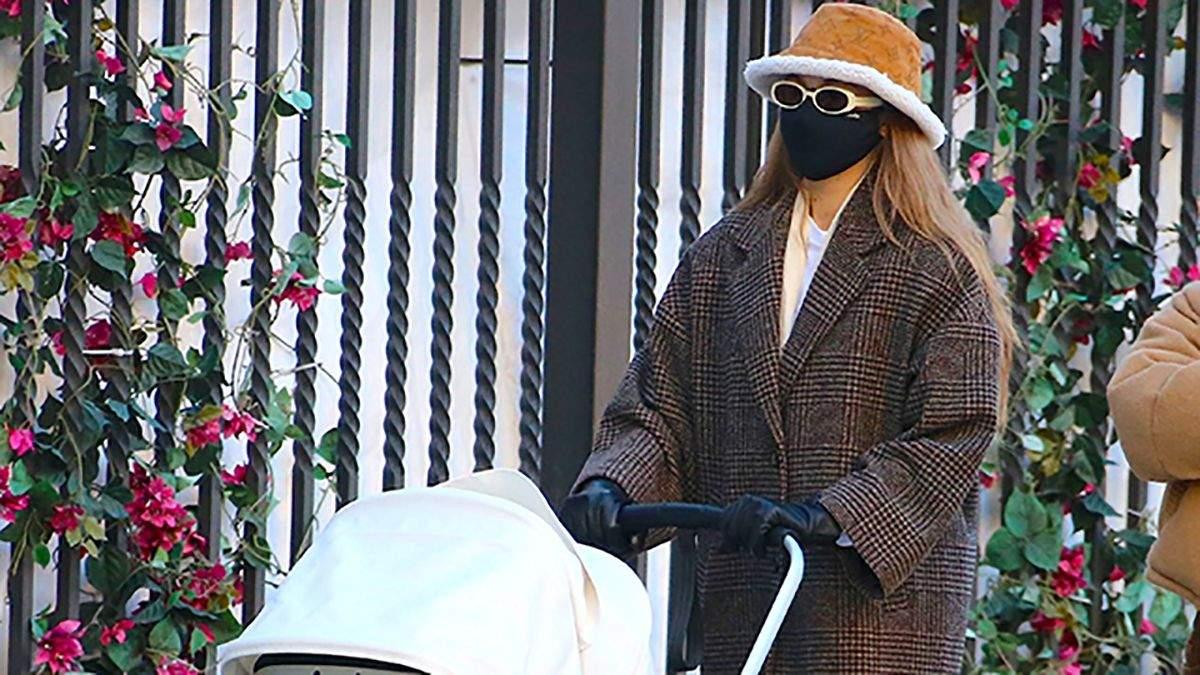Клетчатое пальто и панама Louis Vuitton: Джиджи Хадид покорила безупречным стилем в Нью-Йорке