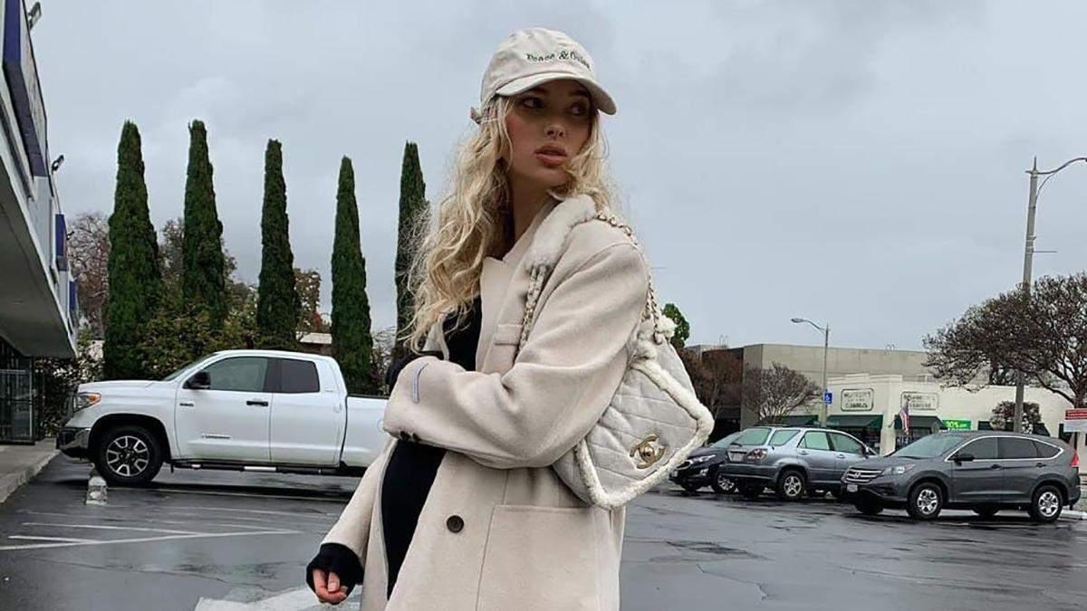 Самая модная беременная модель: Эльза Хоск гуляет в стильном молочном пальто и бейсболке