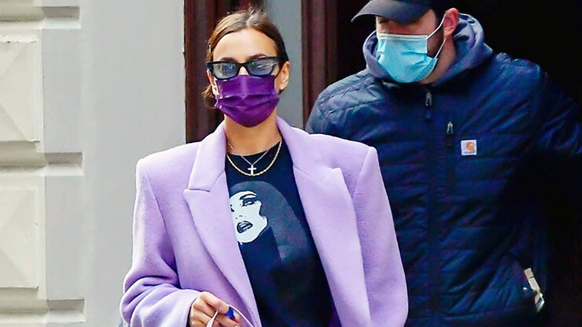 Лавандовое пальто и сумка багет: Ирина Шейк прогулялась по Нью-Йорку в весенних цветах