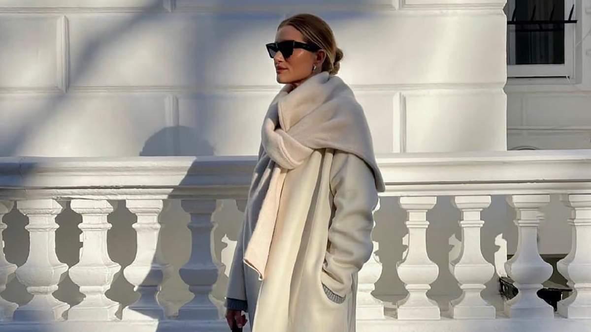 Икона стиля Рози Хантингтон-Уайтли прогулялась в молочном пальто: роскошные кадры