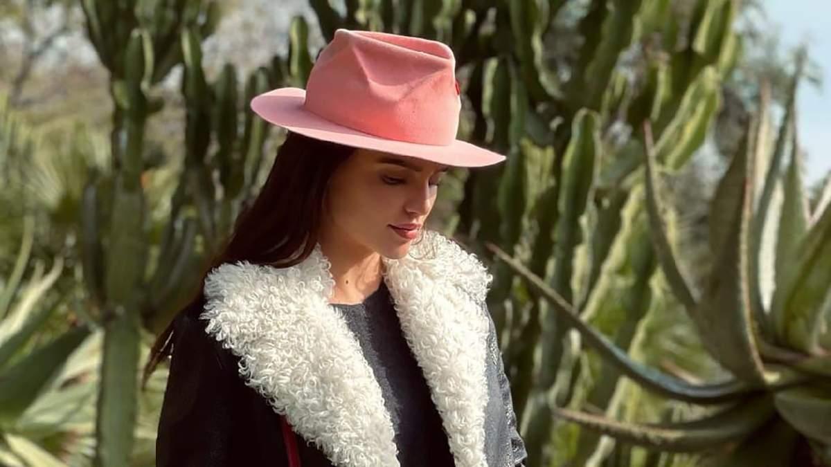 Стильная дубленка и шляпа: Анна Андрес показала трендовый образ на прогулке