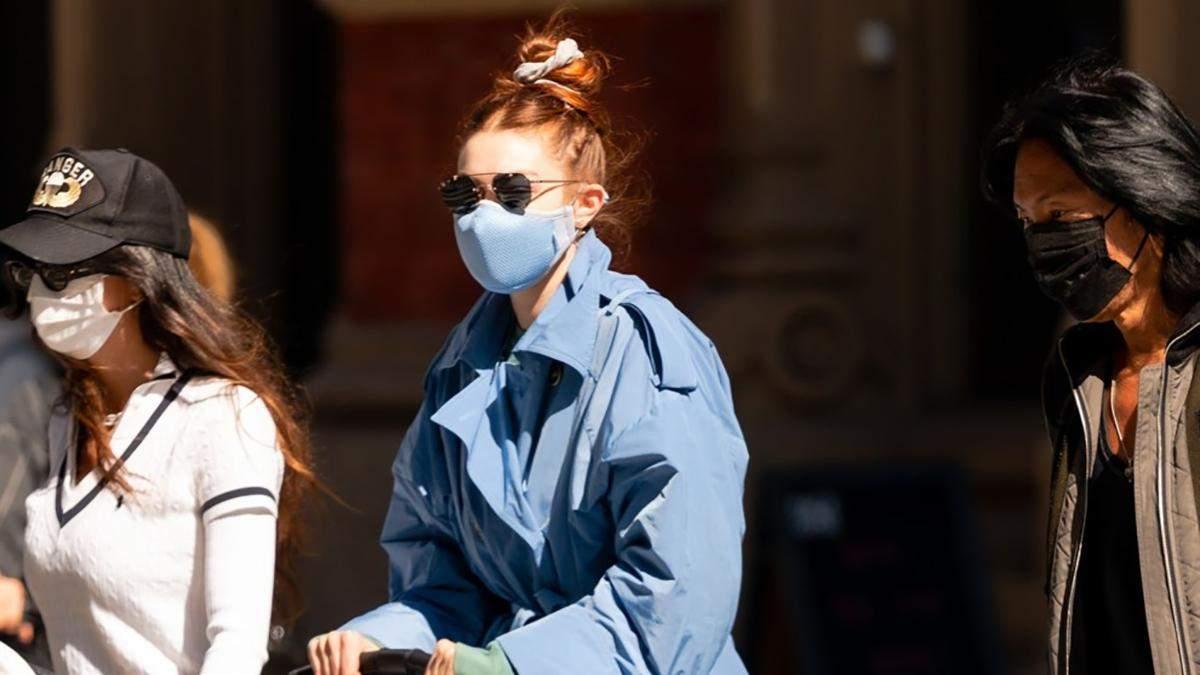 Модель Джіджі Хадід одягнула голубий і гірчичний тренч