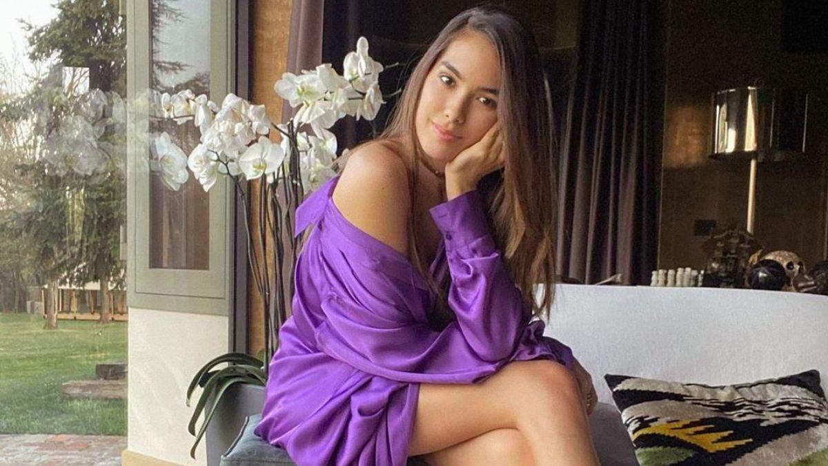 Фиолетовая блузка и босоножки: Шэрон Фонсека показала яркий look