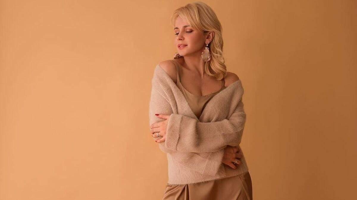 Шерстяной свитер и шелковое платье: Лилия Ребрик покоряет образом