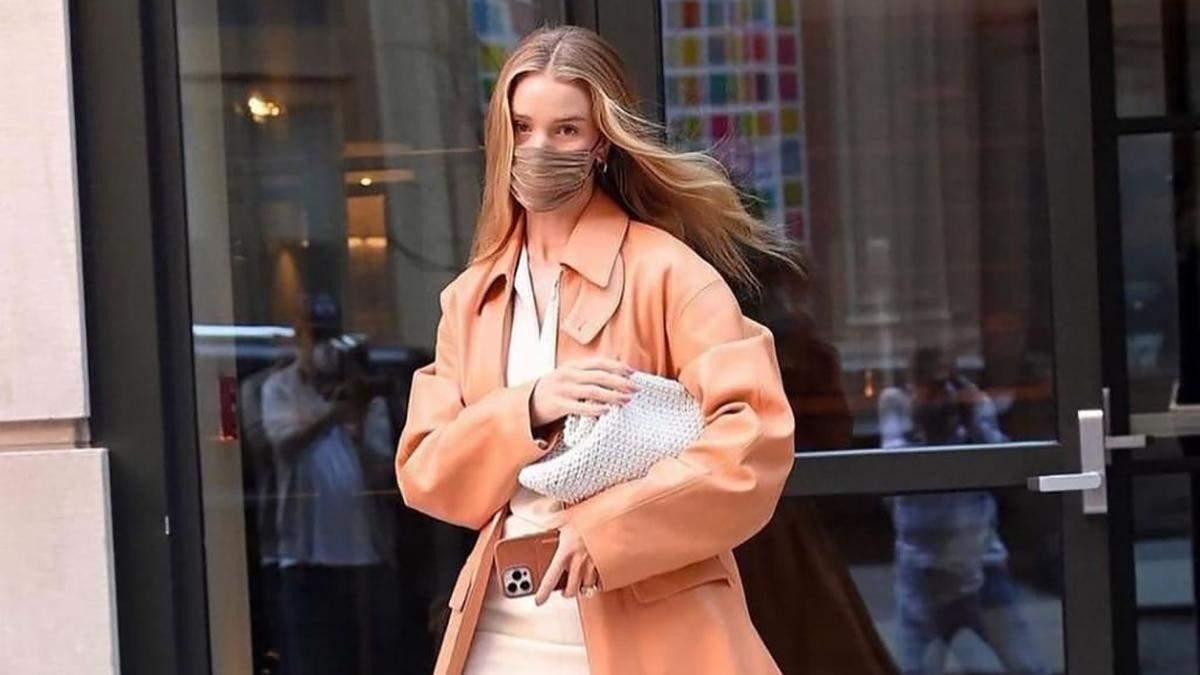 Рози Хантингтон-Уайтли покорила сеть кожаным персиковым тренчем: стильные кадры