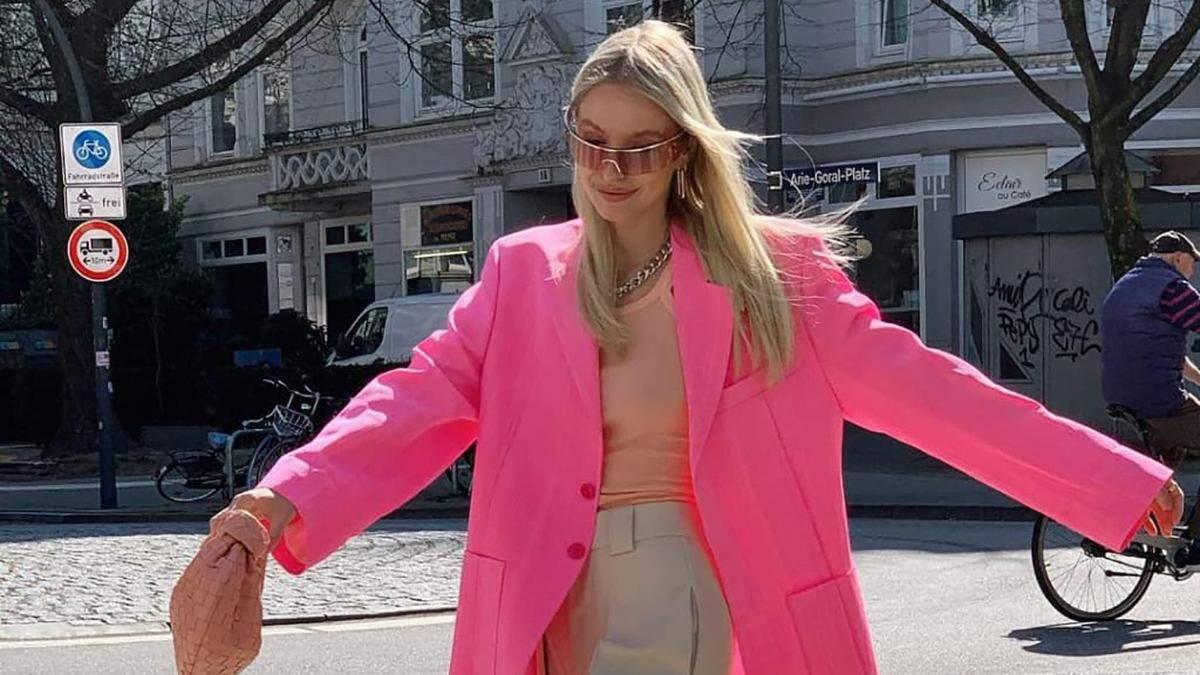 Леоні Ганне прогулялася у рожевому жакеті з кораловою сумкою Bottega Veneta: фото нового виходу