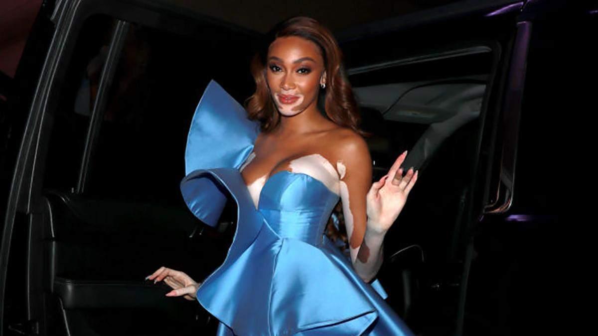 Вінні Гарлоу підкорила мережу сукнею кольору блакитного неба: фото з вечірки