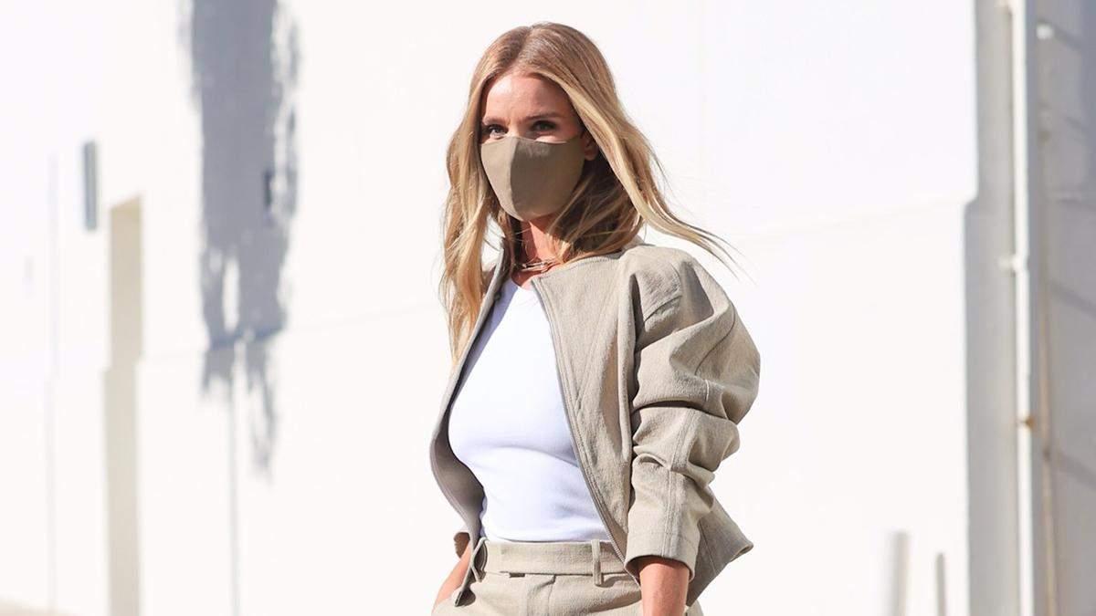 Бежевые брюки и бомбер: Рози Хантингтон-Уайтли демонстрирует идеальный образ для бизнес-встреч