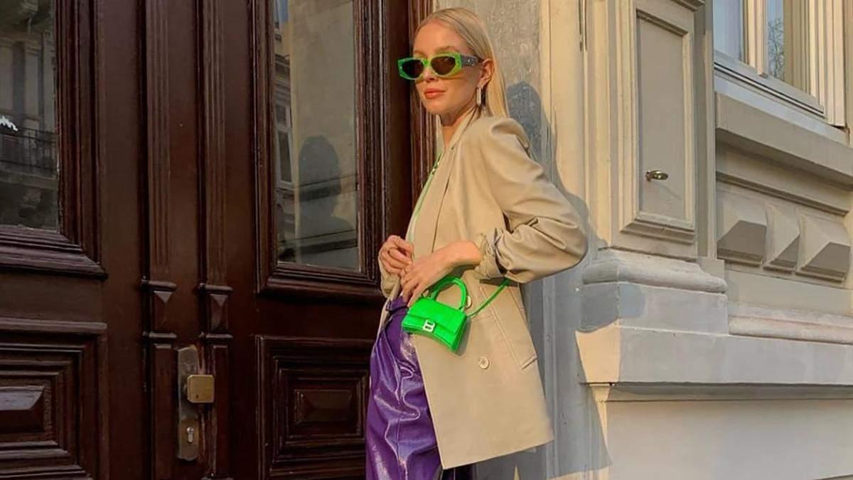 Леони Ханне покорила сеть фиолетовыми брюками, которые соединила с неоновыми туфлями: фото