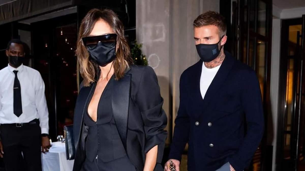 Black total look: Виктория Бекхэм покорила сеть роскошным светским выходом с мужем