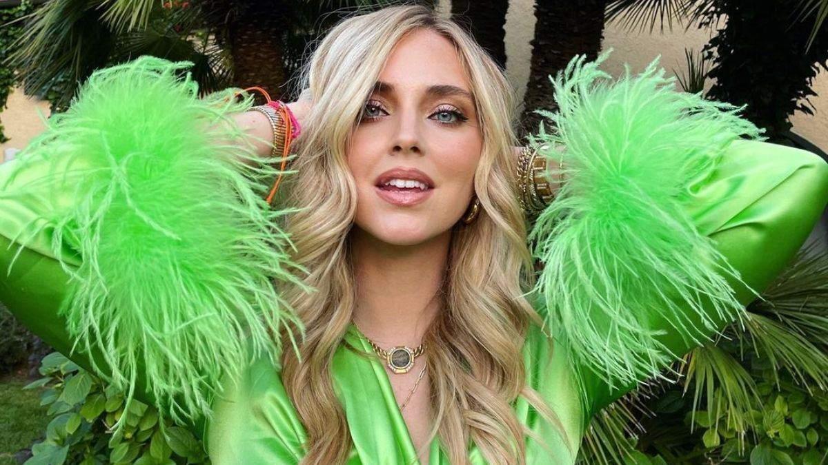 К'яра Ферраньї приголомшила яскравим образом у зеленому топі: фото