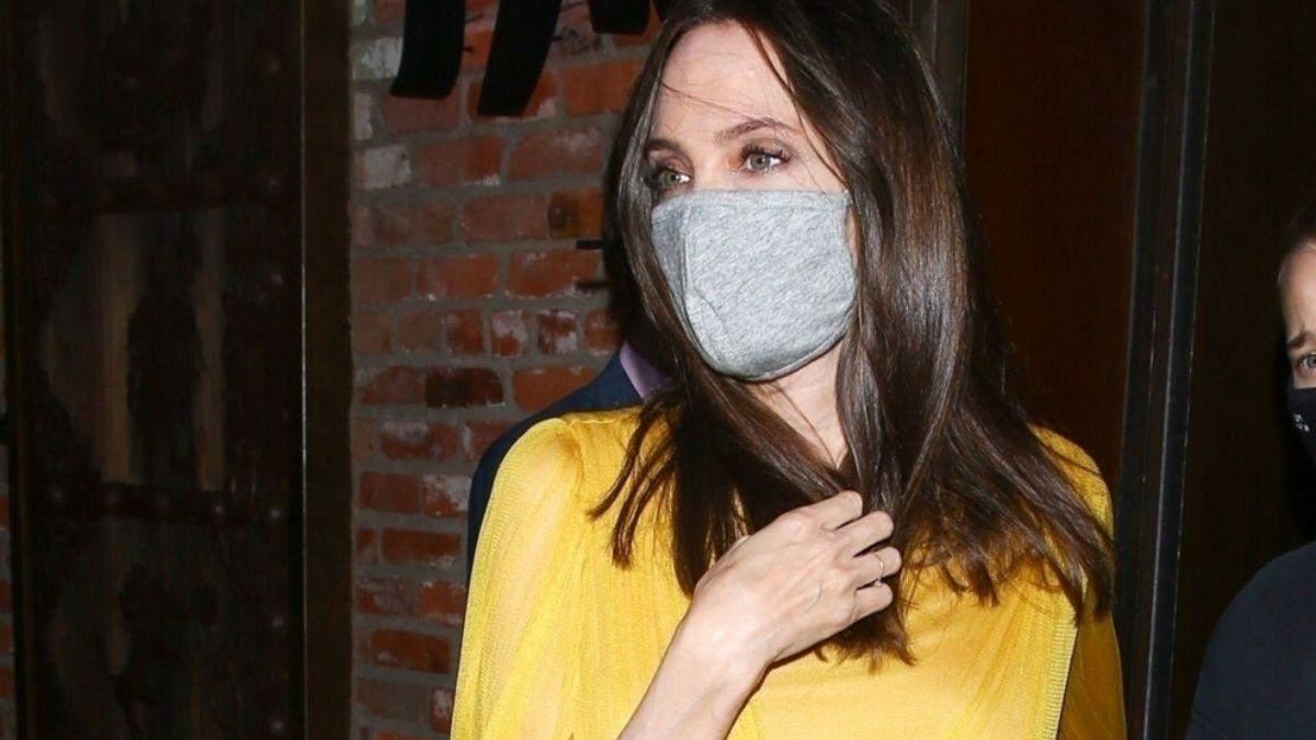 У жовтій сукні з сумкою Valentino: образ Анджеліни Джолі