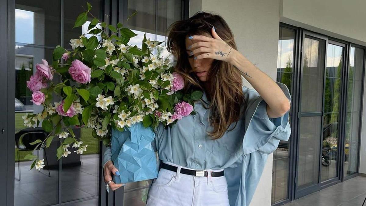 Надя Дорофеева показала образ в джинсах с разрезами и рубашке оверсайз