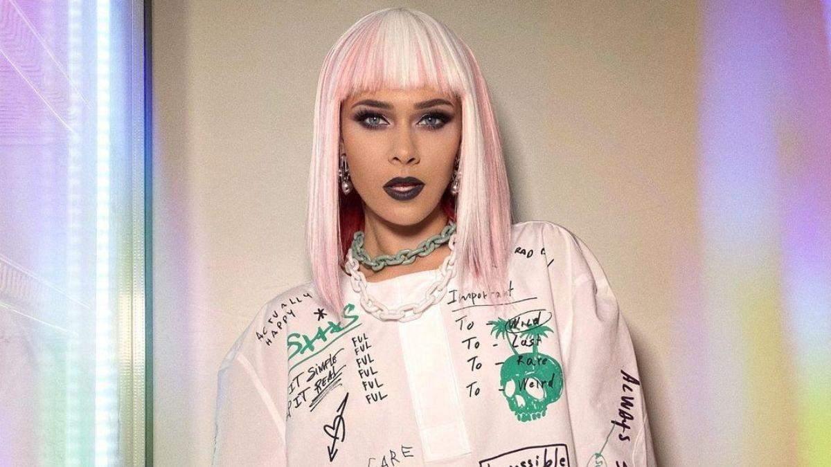 Юлия Санина в белой тунике и парике: фото