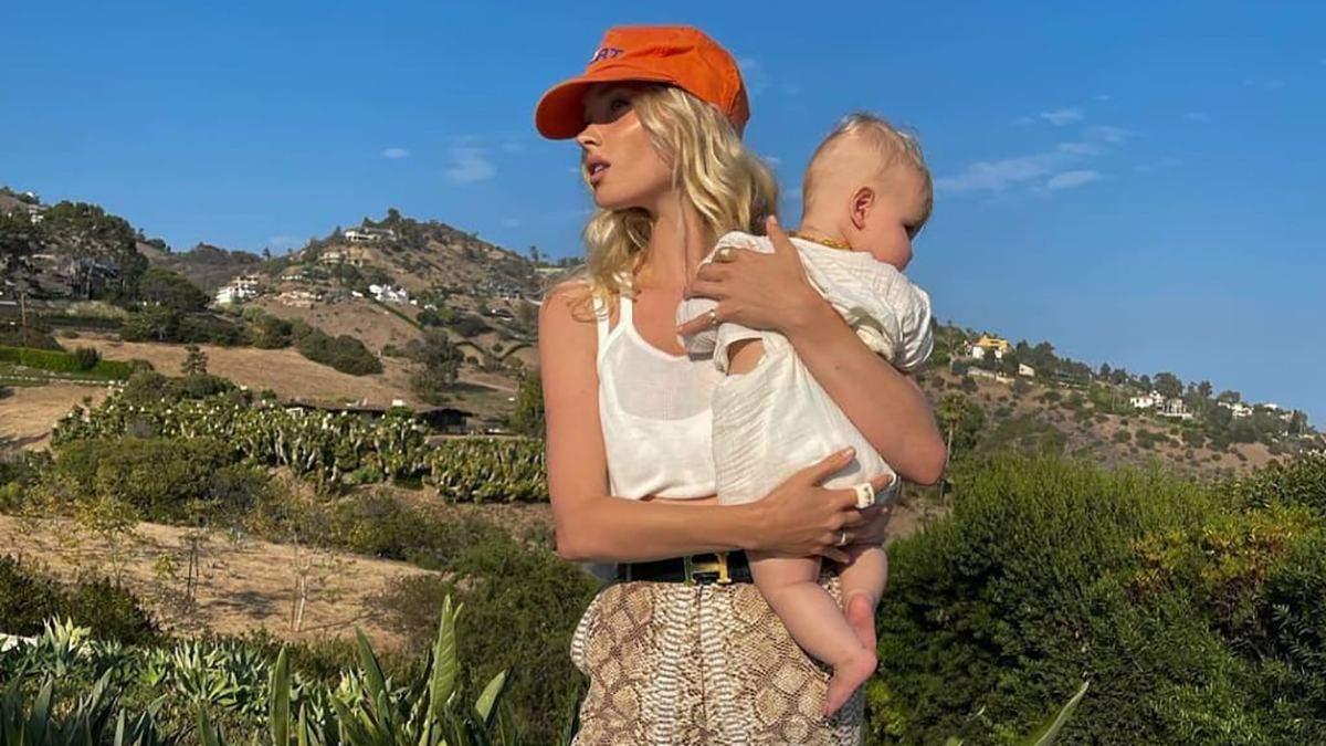 Штани у зміїний принт за 23 тисячі гривень і оранжева кепка: Ельза Госк приголомшила новим образ - Fashion