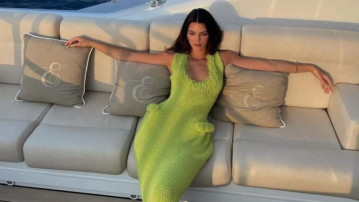 """Кендалл Дженнер вирушила на прогулянку в сукні Bottega Veneta з накладними """"бедрами"""": фото - Fashion"""