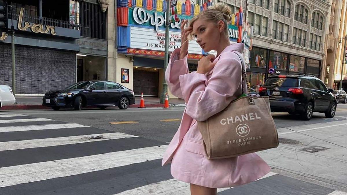 Эльза Хоск показала стильный образ в розовом жакете: фото с прогулки