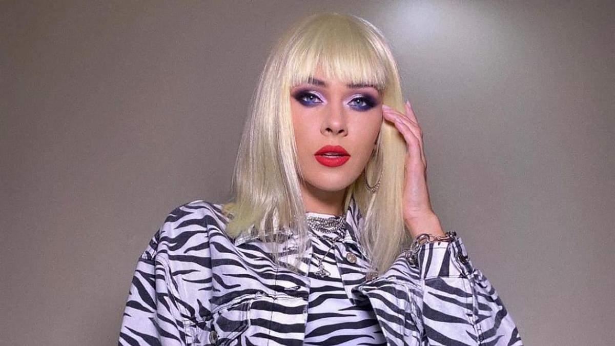Юлия Санина показала эпатажный образ блондинки в зебровом костюме: яркое фото