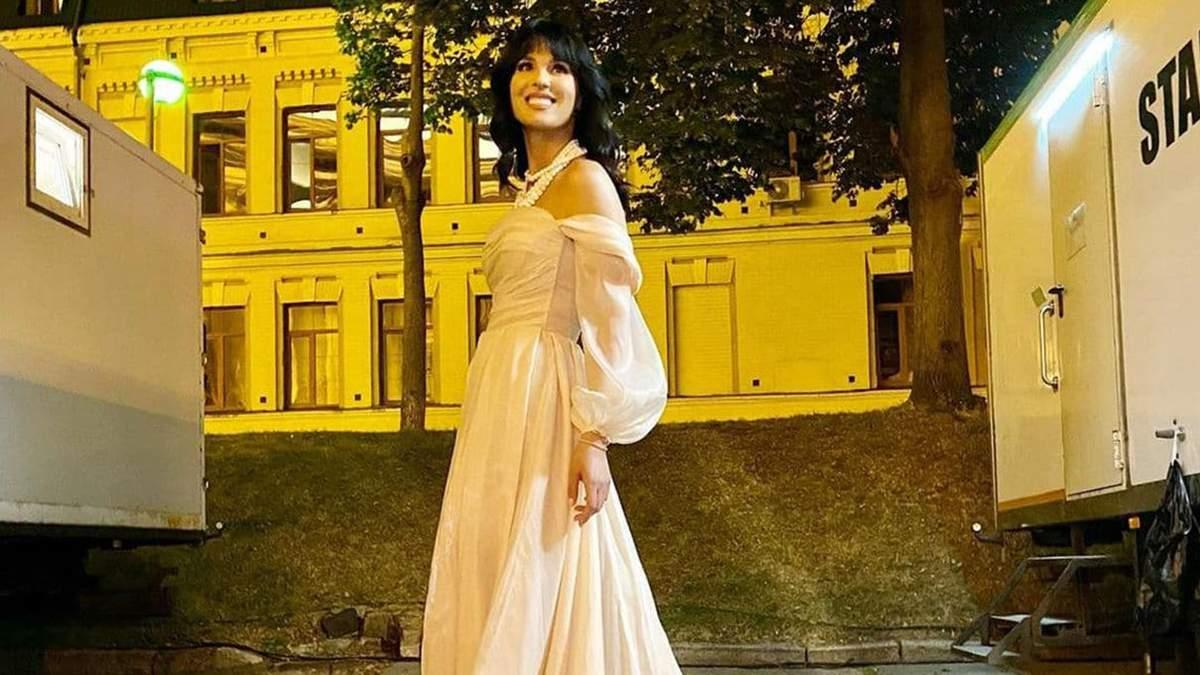 Маша Ефросинина очаровала нежным образом в кремовом платье Milla Nova: безупречное фото