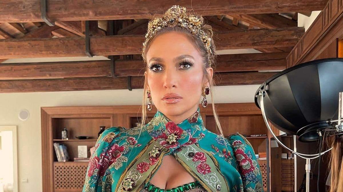 Дженніфер Лопес прийшла на показ Dolce&Gabbana у короні та топі з кристалами: дивовижний вихід - Fashion