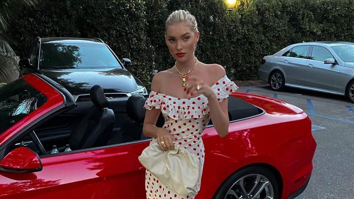 У білій сукні в горошок: Ельза Госк позує на тлі червоного кабріолета – ефектне фото - Fashion