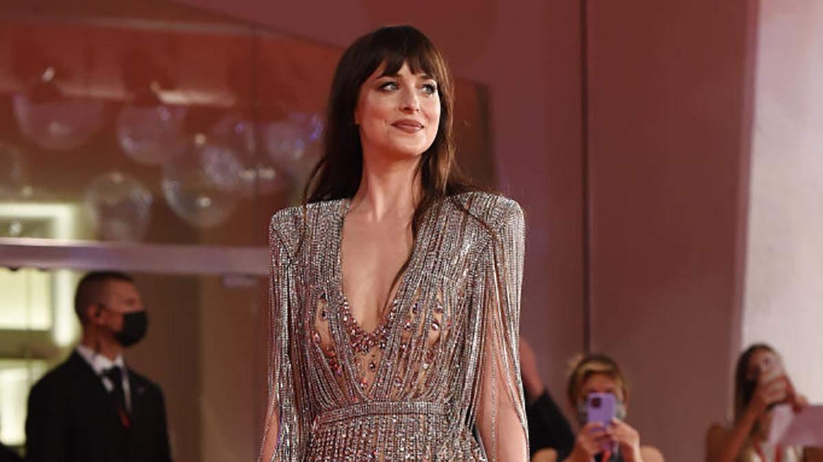 """Дакота Джонсон одягнула """"голу"""" сукню з кристалами на прем'єру фільму у Венеції: розкішні фото - Fashion"""