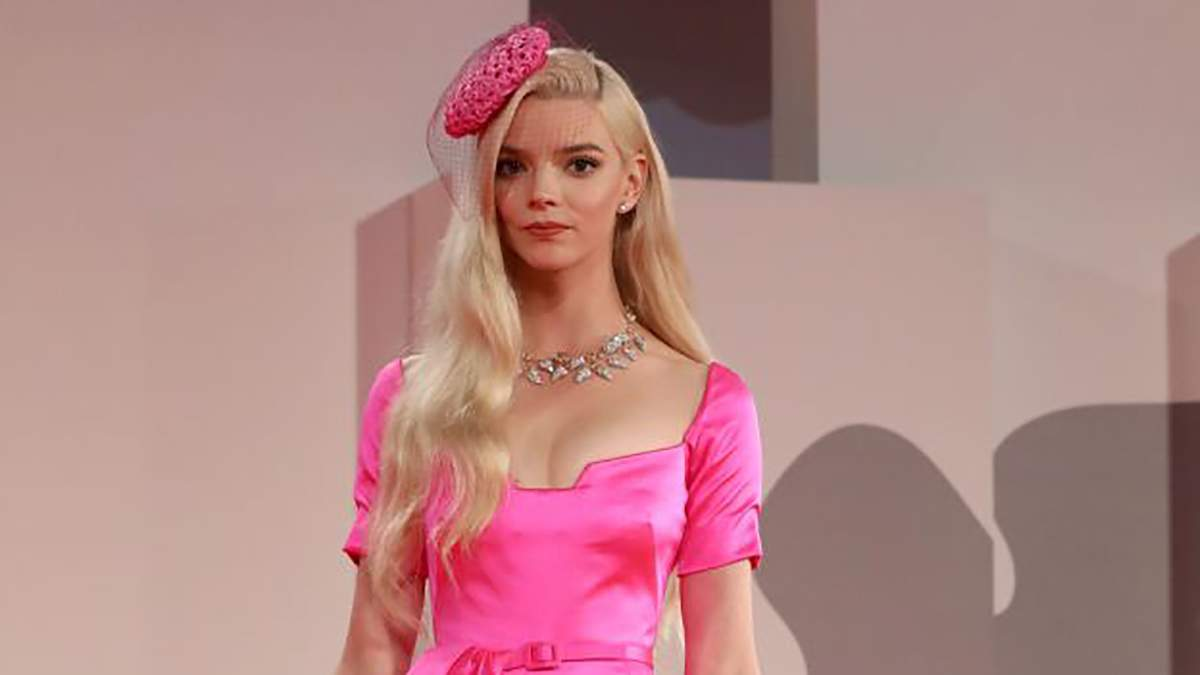 """Аня Тейлор-Джой посетила премьеру фильма """"Прошлой ночью в Сохо"""" в розовом платье с бантом: фото"""