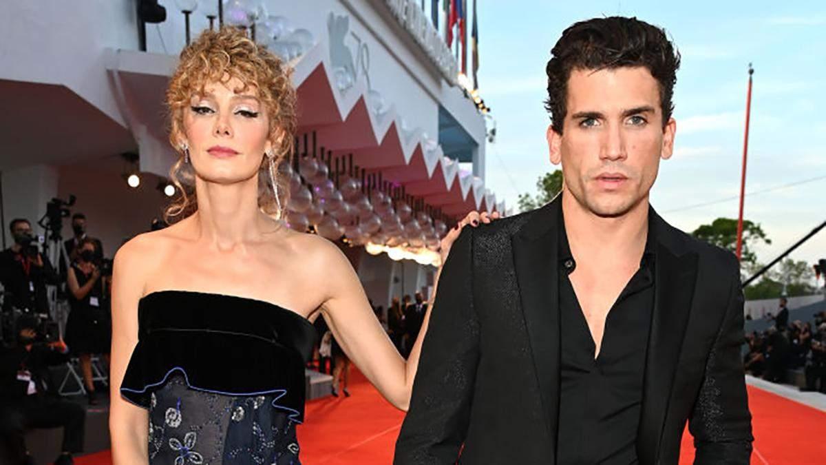 """Головні герої """"Паперового будинку"""" з'явилися на Венеційському кінофестивалі: фото образів - Fashion"""