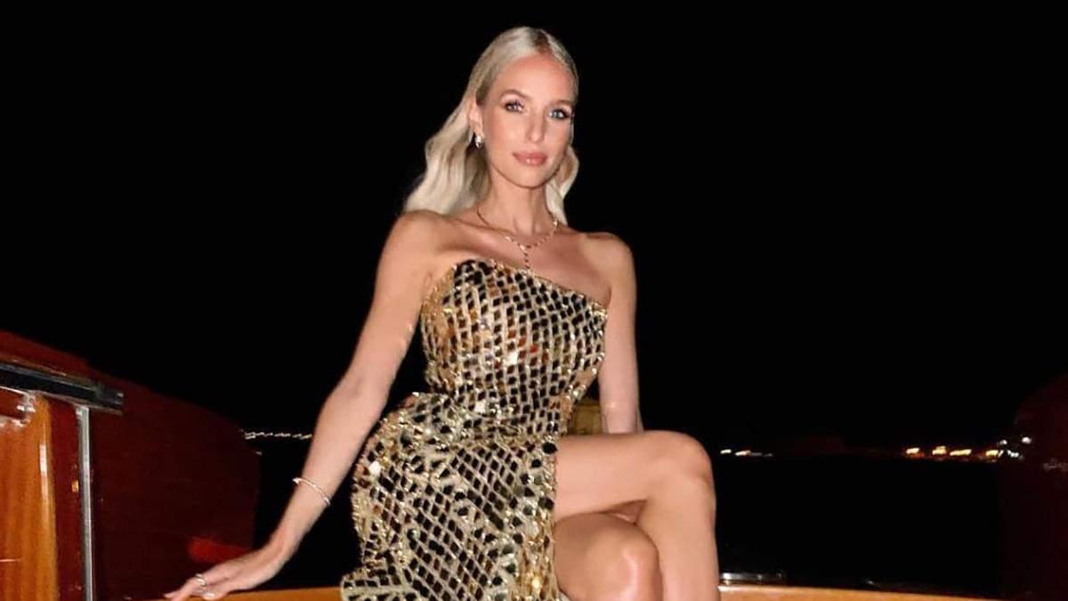Леони Ханне восхитила роскошным золотым платьем на Венецианском кинофестивале: безупречные кадры