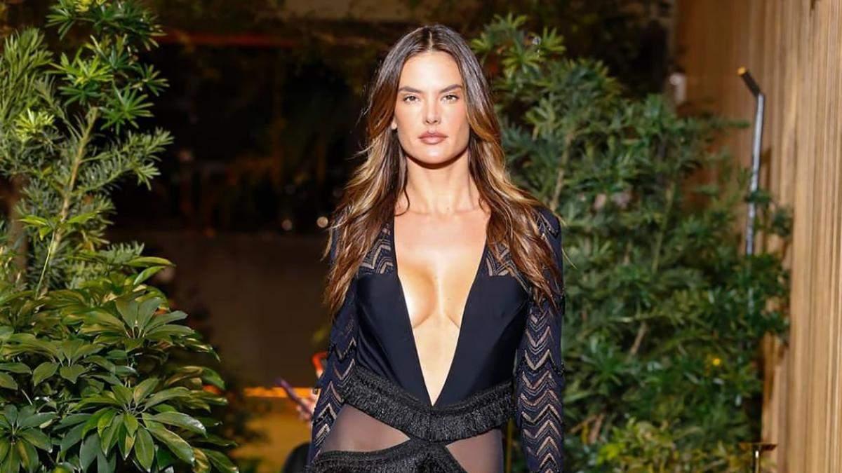 40-летняя Алессандра Амбросио дефилировала на показе в платье с разрезами: эффектные кадры
