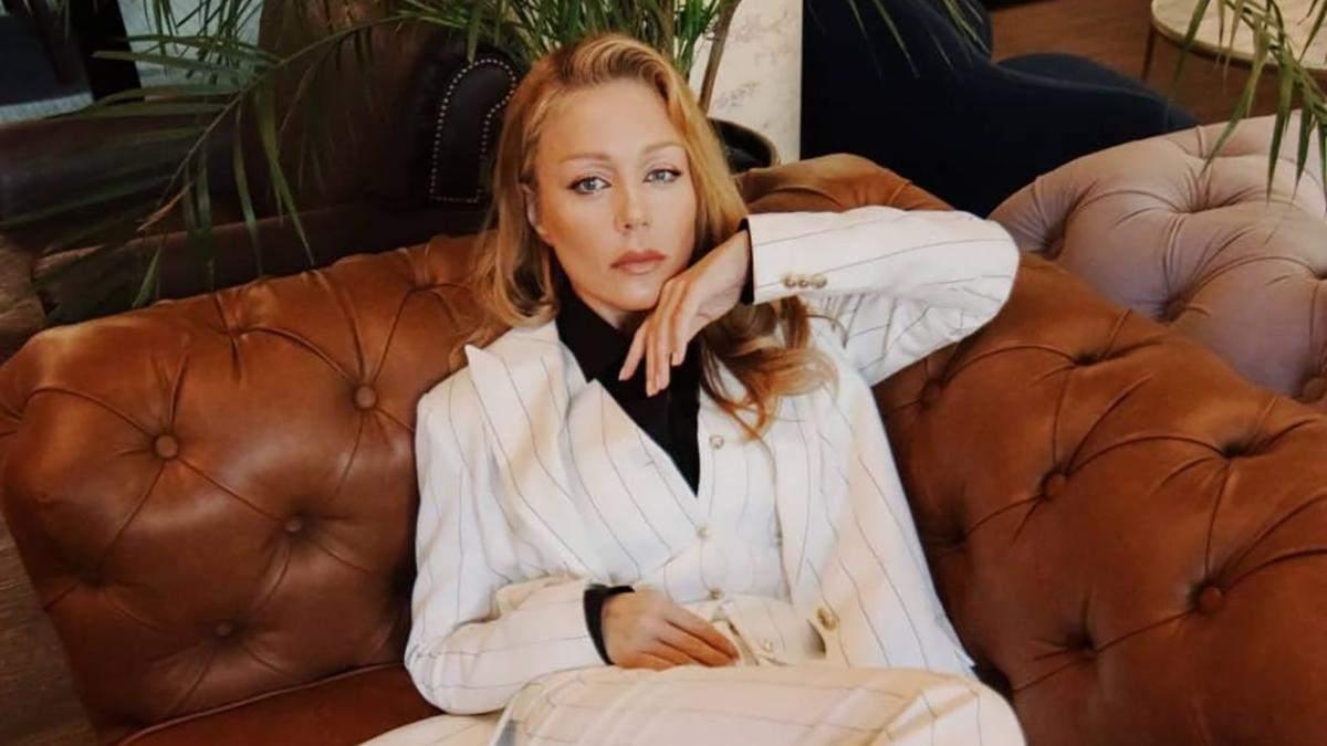 Тіна Кароль підкорила фанатів елегантним образом у костюмі-трійці: чарівні кадри - Fashion