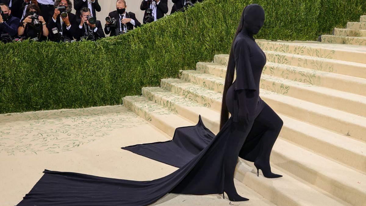 Кім Кардашян шокувала своєю появою на Met Gala у чорному образі з ніг до голови: фото образу - Fashion