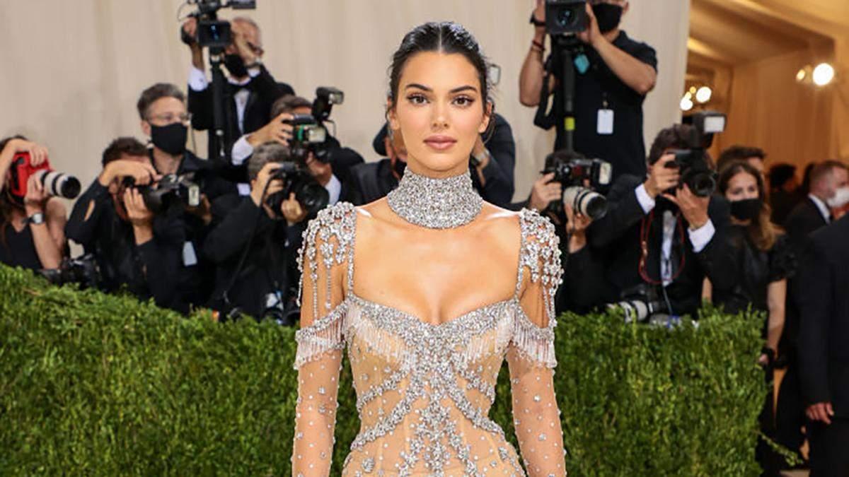 Кендалл Дженнер замилувала ніжним образом в прозорій сукні Givenchy з кристалами: красиві кадри - Fashion