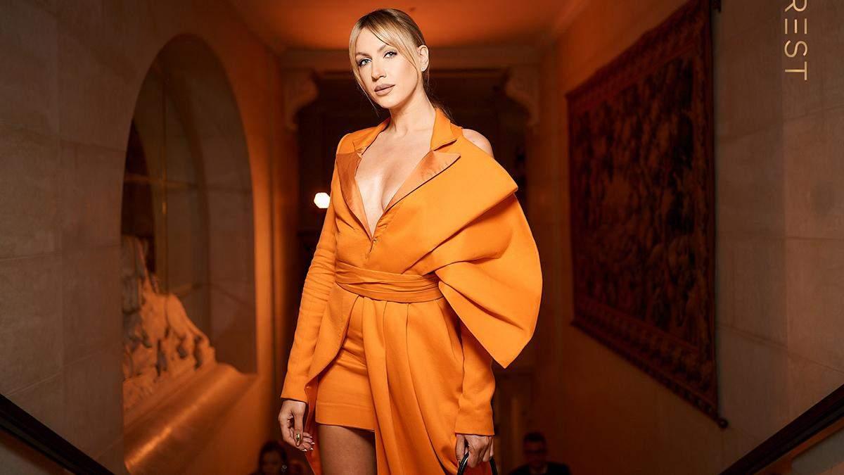 Леся Никитюк ошеломила эффектным образом в морковном платье-жакете: волшебные фотографии
