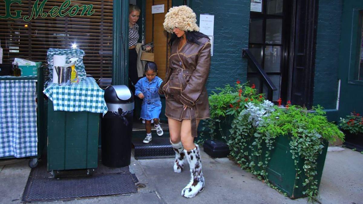 Кайлі Дженнер замилувала образом в овечій шапці та унтах з коров'ячим принтом: стильний вихід - Fashion