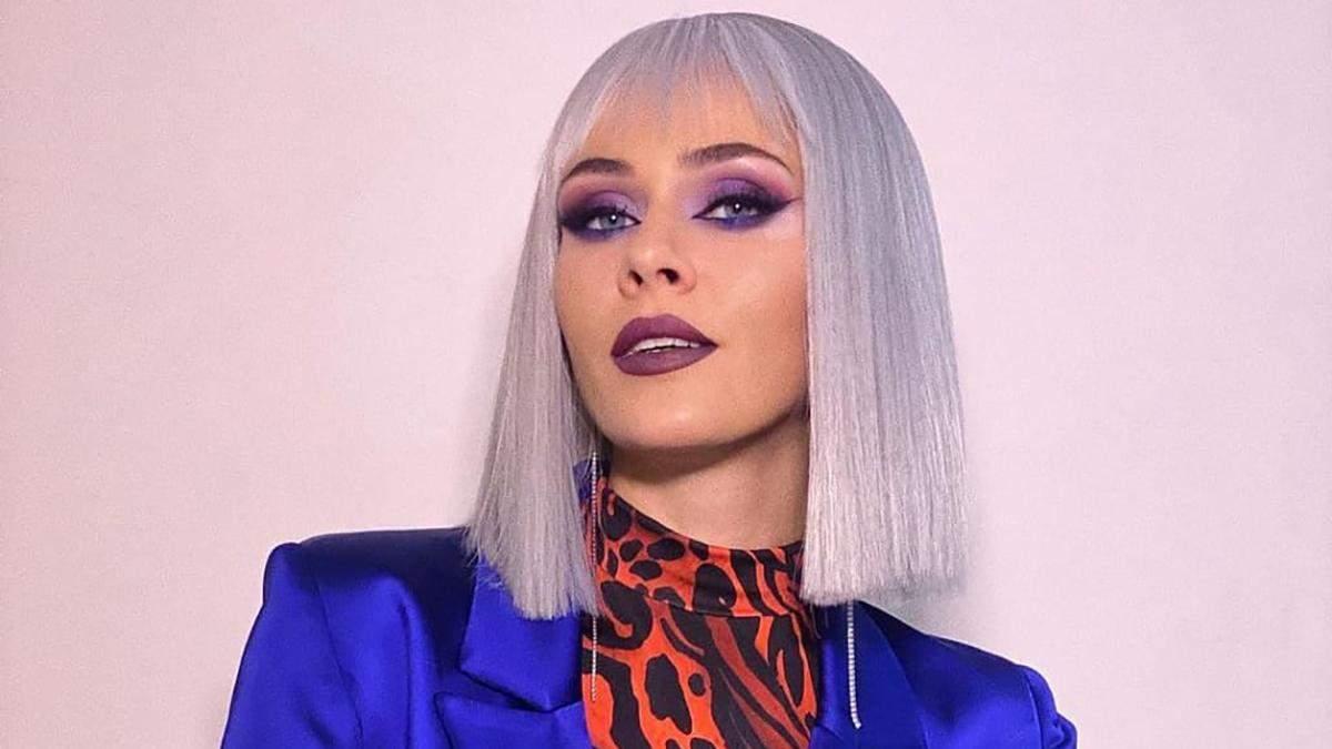 Юлія Саніна вразила образом у сивій перуці та анімалістичній водолазці: яскраве фото - Fashion
