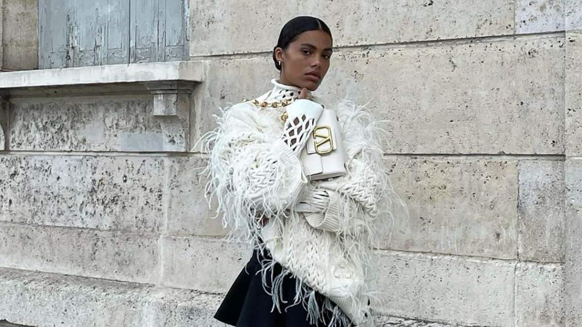 Тина Кунаки показала самый модный свитер осени: стильный образ француженки
