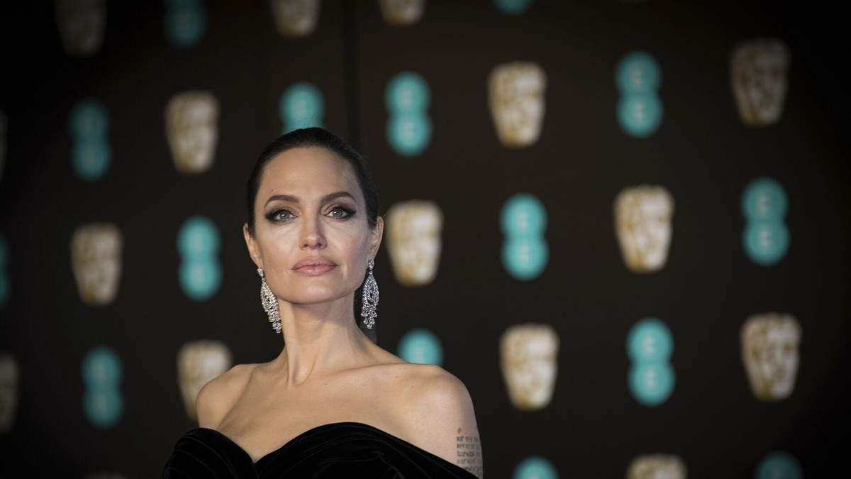 Анджелина Джоли вышла в свет со своей дочкой Захарой в потрясающем платье: фото