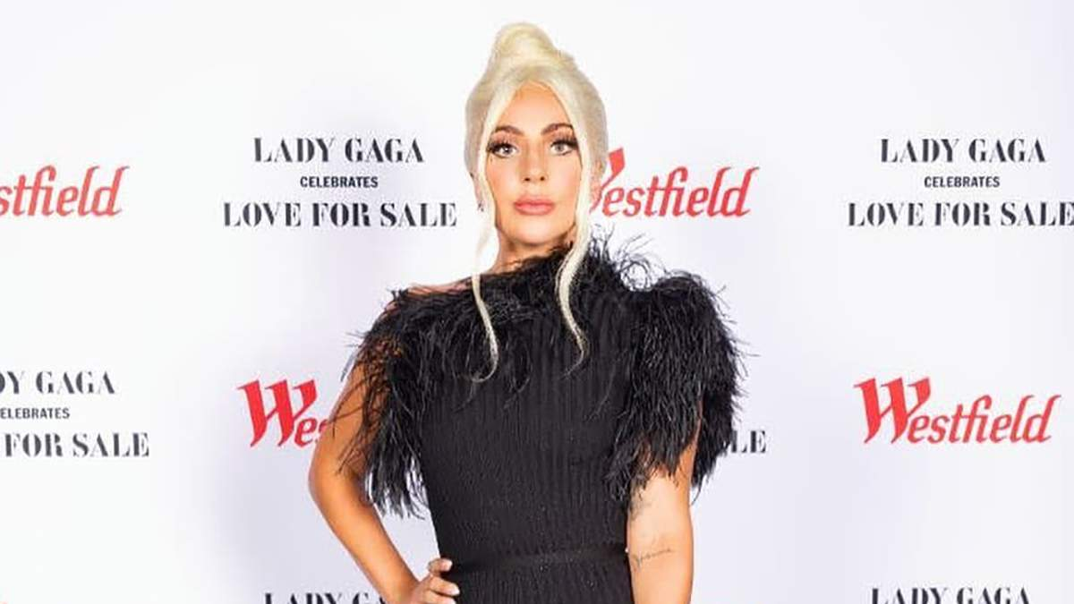 Леди Гага поразила длинным платьем с перьями на презентации альбома: безупречный образ