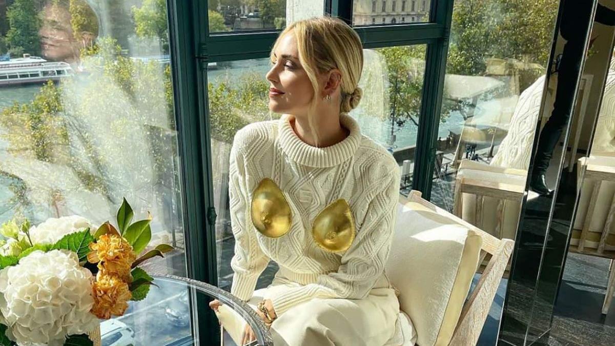 Кьяра Ферраньи надела провокационный свитер с золотой грудью: роскошный монохромный аутфит