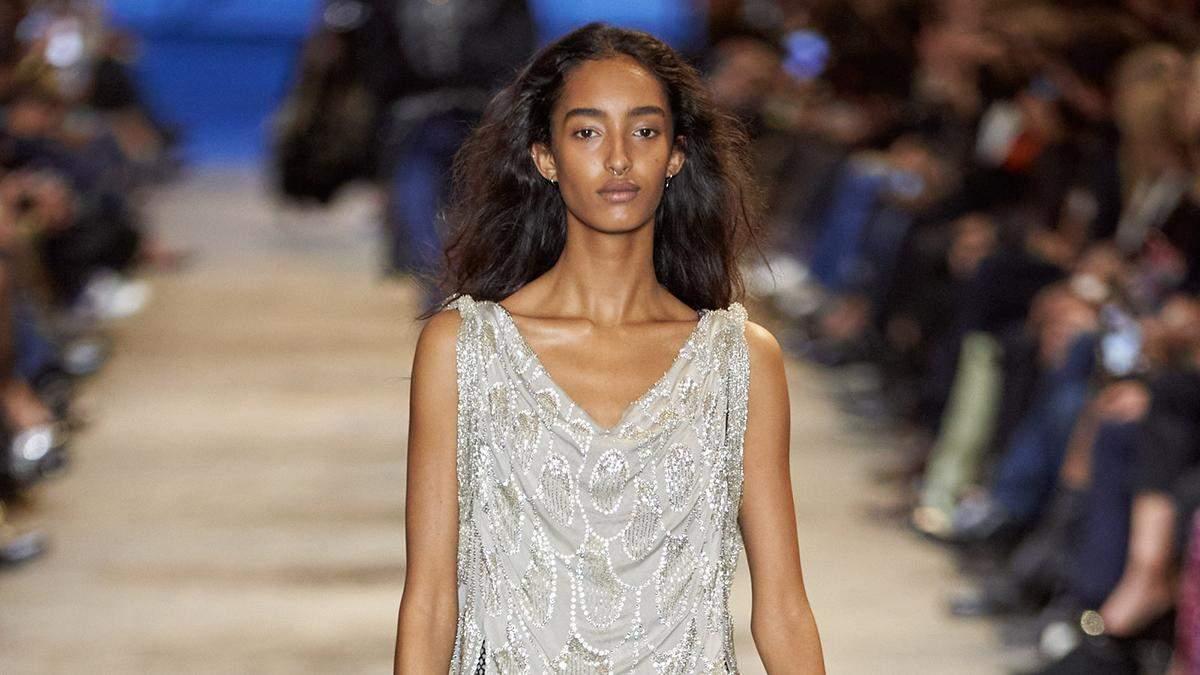 Сочетание прошлого и настоящего: Louis Vuitton показал в Лувре новую коллекцию одежды