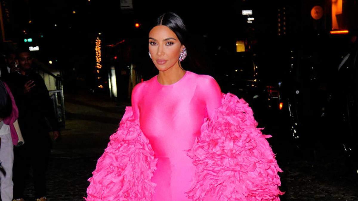 Total pink: Ким Кардашян сменила черную одежду на розовый пуховик и шубу из перьев: фото