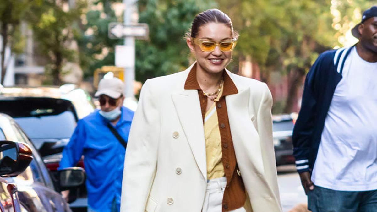 Гардероб звезды: Джиджи Хадид показывает молочное пальто, соединенное с брюками с рисунками