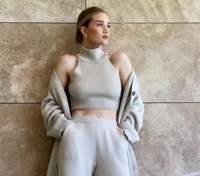 Рози Хантингтон-Уайтли покорила сеть монохромным костюмом: фото