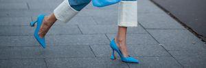 Масивні кросівки та босоніжки з тонкими ремінцями: з яким взуттям модно носити прямі джинси