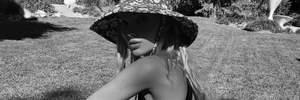 Ельза Госк підкорила мережу стильною сукнею з глибоким вирізом на плечах: ефектні кадри