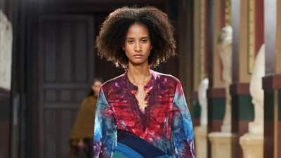 Принт tie-dye в коллекции весна – лето 2021: на какие элементы гардероба стоит обратить внимание