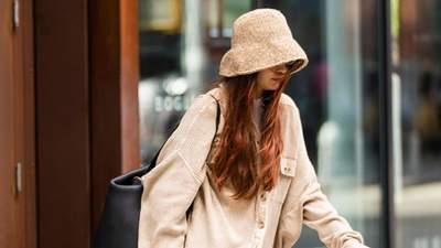 Джіджі Хадід полетіла у Мілан у вельветовій сорочці та бежевій панамі: модний образ
