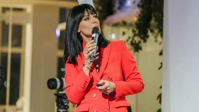 Маша Ефросинина надела на выступление стильный красный костюм: фото